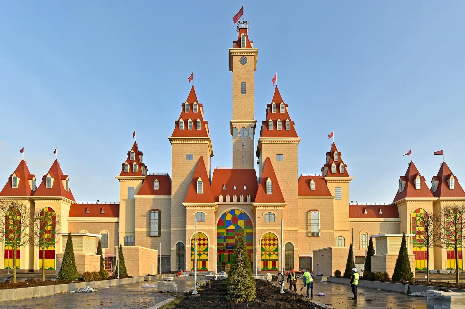 Фасад тематического развлекательного парка «Остров Мечты»